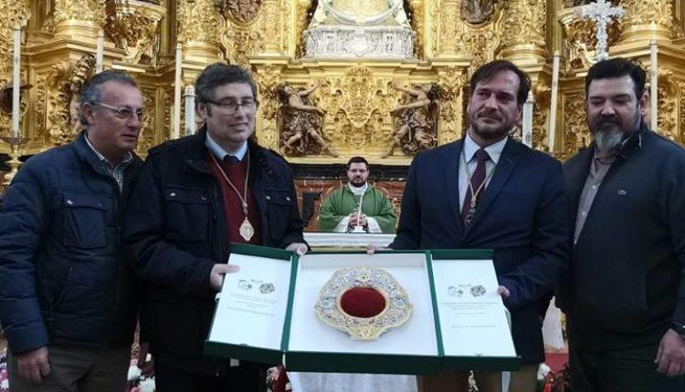 Una réplica fiel, del rostrillo original que le regalara Muñoz y Pabón, para la coronación