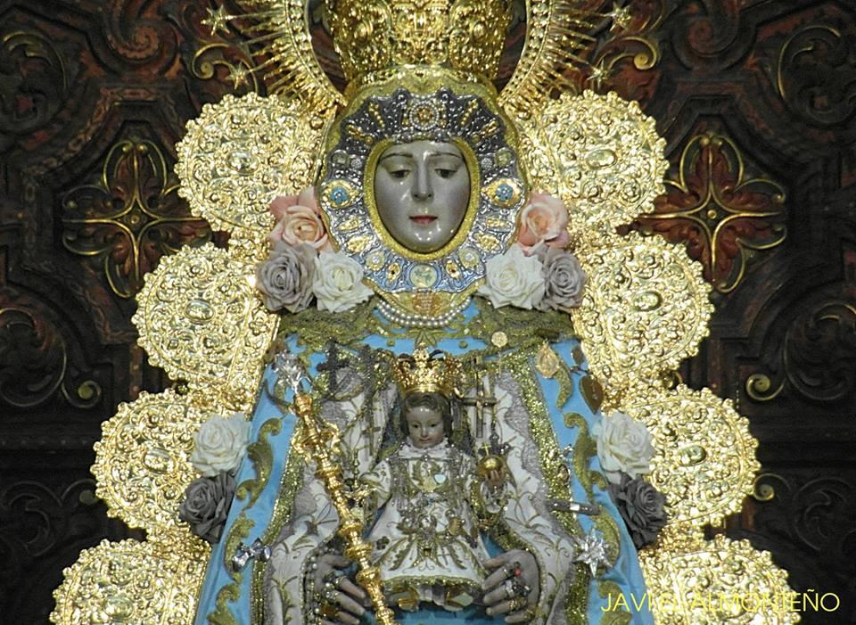 La Virgen del Rocío en la Inmaculada de 2018 luciendo el Lazo de platino y brillantes que le regalara el Foro del Rocio en el 2003