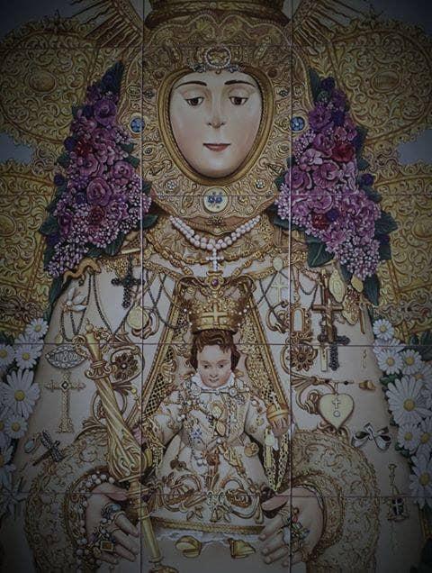 A la derecha, sobre el brazo de Ntra. Sra., el Lazo de platino y brillantes que el Foro del Rocío regaló a la Virgen.