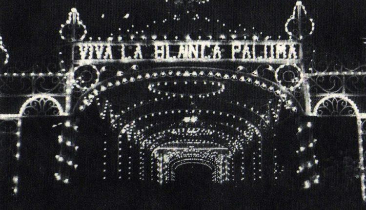 El primer «Arco Triunfal» que se colocó en la Plaza Virgen del Rocío para los Traslados, por Javier Coronel