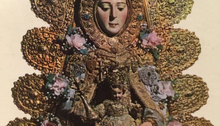 Foto antigua de la Virgen del Rocío con el Traje de los Apóstoles