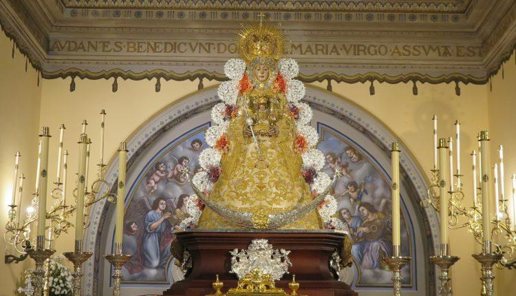 La Virgen del Rocío amanece vestida de Reina