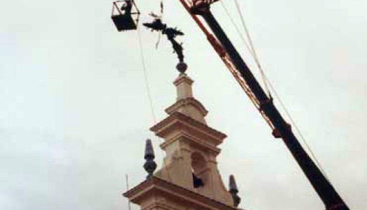 El viento dobló la Cruz del Santuario del Rocío en 1981 por Javier Coronel