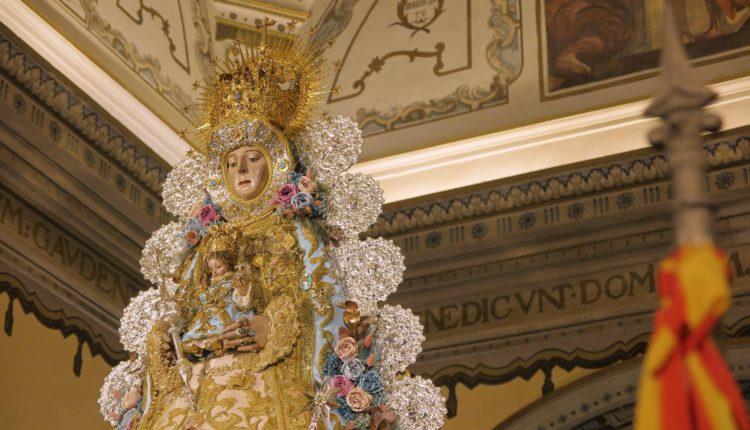 La Virgen del Rocío luce traje para la Inmaculada