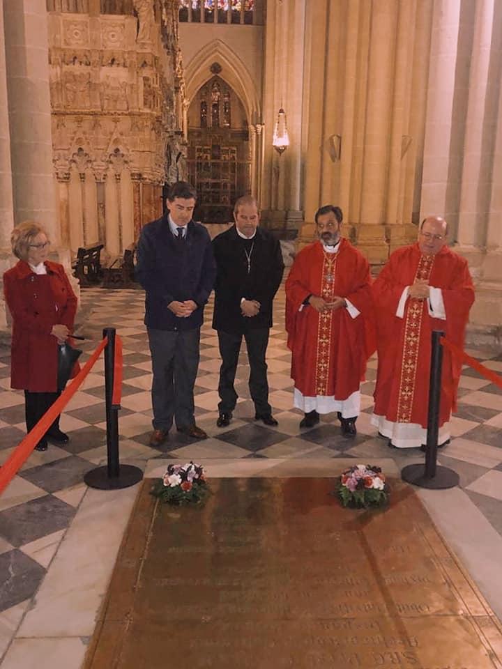 El Presidente de la Hdad. matriz ante la tumba del Cardenal en Toledo
