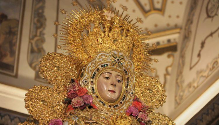 La Virgen del Rocío despide el año con el traje y la corona del Centenario
