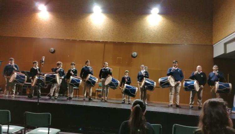 Hermandad de Emigrantes – La Escuela de Tamborileros de Emigrantes participa en un concierto del Conservatorio con motivo del Día de Andalucía