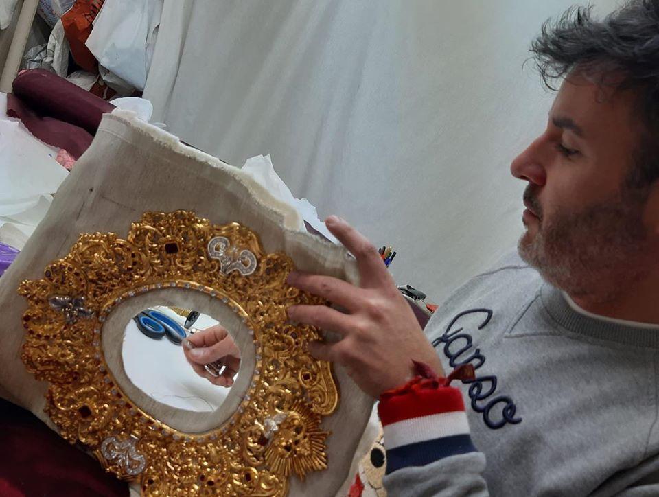 Forrado del rostrillo en tisú de plata con cordón de oro tejido en bastidor, para enmarcar el contorno de la cara en el taller de Mame de la Vega.