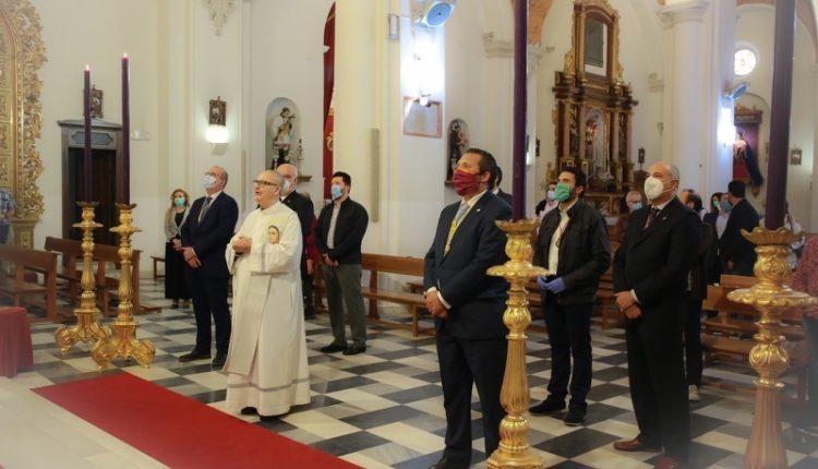 Hermandad de Emigrantes –  Entrega de la medalla de honor a María Santísima de la Amargura