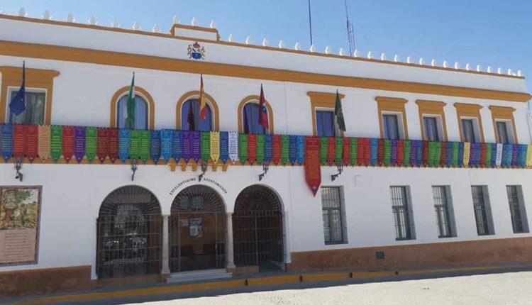 El pueblo de Villamanrique de la Condesa adorna su plaza con un bello gesto hacia todas las Hermandades