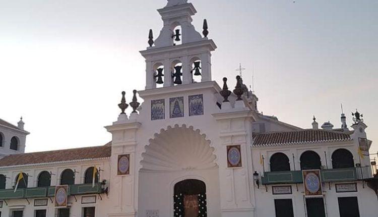 La entrada al Santuario del Rocío amanece con una imagen de la Virgen de Pastora