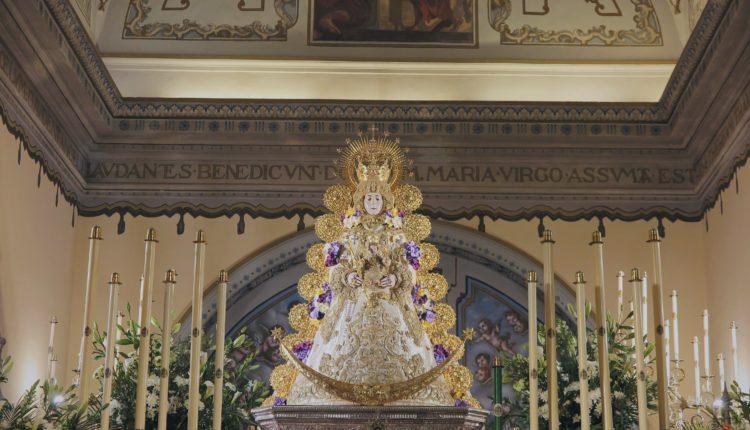 La Virgen del Rocío luce colores litúrgicos de la Semana Santa 2021