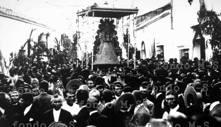 La procesión de Reina de la Virgen del Rocío por Almonte
