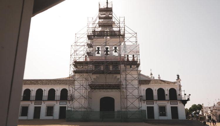 Comienza la reposición de la cerámica exterior del Santuario de Ntra. Sra. del Rocío.