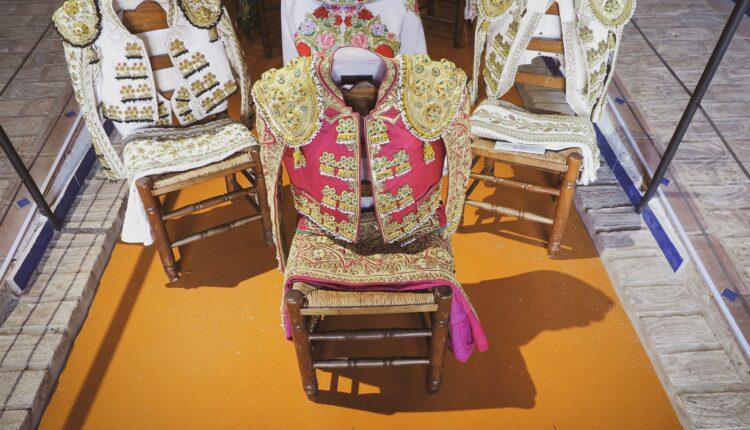 El torero Manuel Díaz, El Cordobés, ha donado uno de sus vestidos de torear más especiales.
