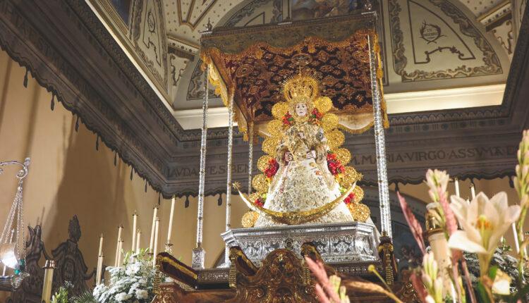 La Virgen del Rocío viste el traje de los Montpensier para celebrar el Rocío Chico 2021